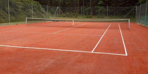 Tennisbane er klar og kan benyttes